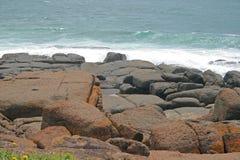 Felsen mit dem Meer lizenzfreies stockbild