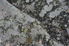 Felsen mit diagonalem Muster Stockbild