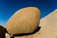 Felsen mit freiem blauem Himmel stockfotografie