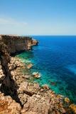 Felsen mit Höhlen und klarem Türkiswasser Stockfoto
