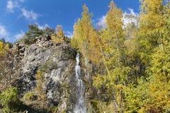 Felsen mit Wasserfall im Herbstberg Lizenzfreies Stockfoto