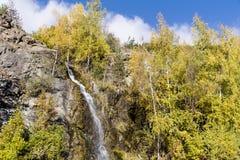 Felsen mit Wasserfall im Herbstberg Lizenzfreie Stockfotografie
