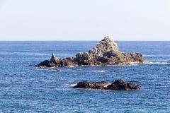 Felsen mitten in dem Meer Lizenzfreie Stockbilder