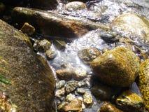Felsen nähern sich dem Gebirgsfluß Lizenzfreie Stockfotos