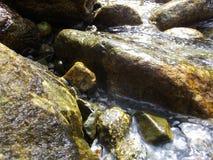 Felsen nähern sich dem Gebirgsfluß Stockfoto