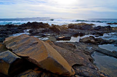 Felsen nahe dem Meer Lizenzfreies Stockfoto
