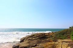 Felsen nahe gelegener Saman Villas und der Indische Ozean Stockfoto