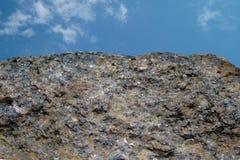 Felsen oder Stein auf blauem Himmel mit Wolkenhintergrund Crouan Kante des Granits oder Auswahlrand wie Klippe oder Berg Geologie stockfoto