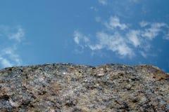 Felsen oder Stein auf blauem Himmel mit Wolkenhintergrund Crouan Kante des Granits oder Auswahlrand wie Klippe oder Berg Geologie lizenzfreie stockbilder