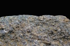 Felsen oder Stein auf schwarzem Hintergrund Crouan Kante des Granits oder Auswahlrand wie Klippe oder Berg Geologie Mineralbescha stockbild