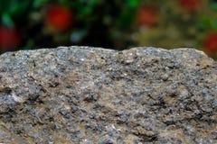 Felsen oder Stein auf unscharfem bokeh Hintergrund mit roten Stellen Crouan Kante des Granits oder Auswahlrand wie Klippe oder Be stockbild