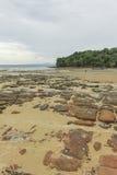 Felsen, Sand, Meer und Himmel bei Krabi - Thailand Stockfotografie