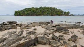 Felsen, Sand, Meer und Himmel bei Krabi - Thailand Lizenzfreie Stockfotos