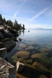Felsen, See und Gebirgslandschaft Stockbild