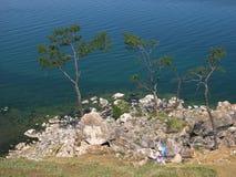 Felsen Shamanka auf Insel Olkhon, der Baikalsee Im klaren Solarwetter Stockbild