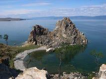 Felsen Shamanka auf Insel Olkhon, der Baikalsee Im klaren Solarwetter Lizenzfreie Stockfotografie