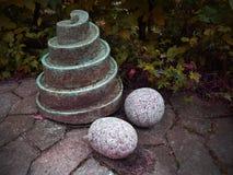 Felsen-Spirale und zwei runde Felsen Stockbilder