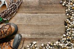 Felsen-Steigenhölzerner Hintergrund mit Seil und Schuhen Lizenzfreie Stockbilder