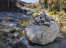 Felsen-Steinhaufen-Hintermarkierung in den Adirondack-Bergen Lizenzfreies Stockbild