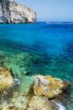 Felsen und azurblaues Meer Lizenzfreies Stockfoto