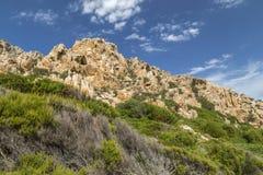 Felsen und Berge, die Bucht von Cala Coticcio in Caprera-Insel, Sardinien, Italien behing sind Stockbilder