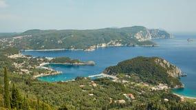 Felsen und blaue Bucht, Korfu, Griechenland Lizenzfreie Stockbilder
