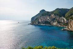 Felsen und blaue Bucht, Korfu, Griechenland Stockbild