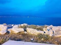 Felsen und blaues Meer Stockbilder