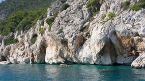 Felsen und blaues Meer, Antalya, die Türkei Lizenzfreies Stockbild