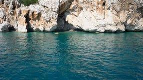 Felsen und blaues Meer, Antalya, die Türkei stockbild