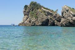 Felsen und Boot auf Insel von Sankt Nikolaus in Budva, Montenegro Paradiesstrand auf Insel im Meer stockfoto