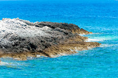 Felsen und das adriatische Meer in Kroatien Lizenzfreie Stockbilder