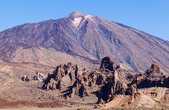 Felsen und der Berg gegen den blauen Himmel Lizenzfreies Stockbild