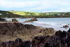 Felsen und eine Landschaft durch das Meer Lizenzfreies Stockfoto