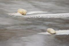 Felsen und gefrorene Welle Lizenzfreie Stockbilder