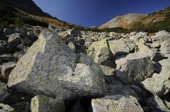 Felsen und Himmel in den Bergen stockbild