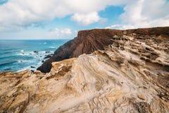 Felsen und Klippen entlang der Küste von Lagos, Algarve, Portugal Stockfoto