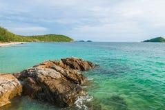 Felsen und Meer mit blauem Himmel Stockfotografie