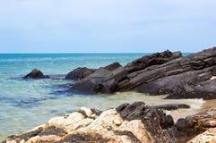 Felsen und Meer am Samila Strand Stockfoto
