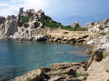 Felsen und Meer in Sardinien Stockfotos