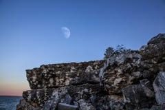 Felsen und Mond lizenzfreies stockbild