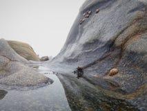 Felsen und Salzwasser auf der Küste stockfoto