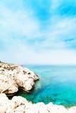 Felsen- und See-/Strandlagune und tropisches Meer mit hellem Sonnenschein/ Lizenzfreie Stockfotografie