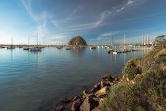 Felsen und Segelboote Morro an Morro-Bucht stockfoto