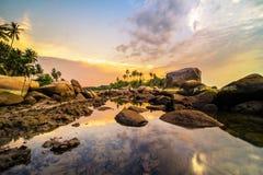 Felsen und Sonnenuntergang bintan Strand riau islaand wonderfull Indonesien äffen Asien nach Lizenzfreies Stockbild
