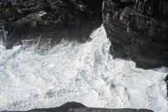 Felsen und stürmisches Wasser an der Küste in a südwestlich Irlands lizenzfreie stockfotos