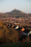 Felsen und Stadt Glastonbury Lizenzfreie Stockfotografie