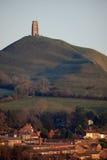 Felsen und Stadt Glastonbury Lizenzfreies Stockfoto