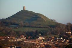 Felsen und Stadt Glastonbury Lizenzfreie Stockfotos