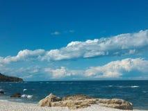 Felsen und Strand unter dem blauen Himmel stockbilder